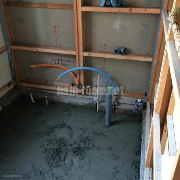 タイルの浴室を解体してモルタルを打設したところです。